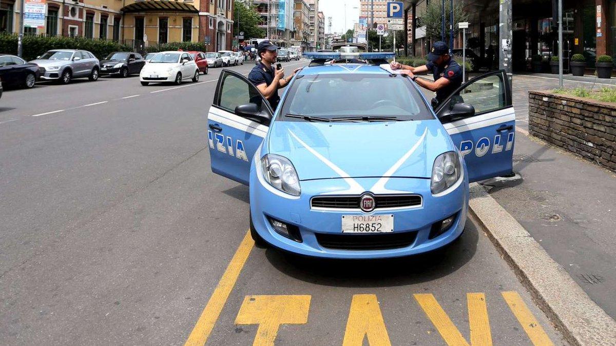 Milano, uomo si dà fuoco davanti alla polizia: è gravissimo #milano https://t.co/3BiZlyy7ZQ