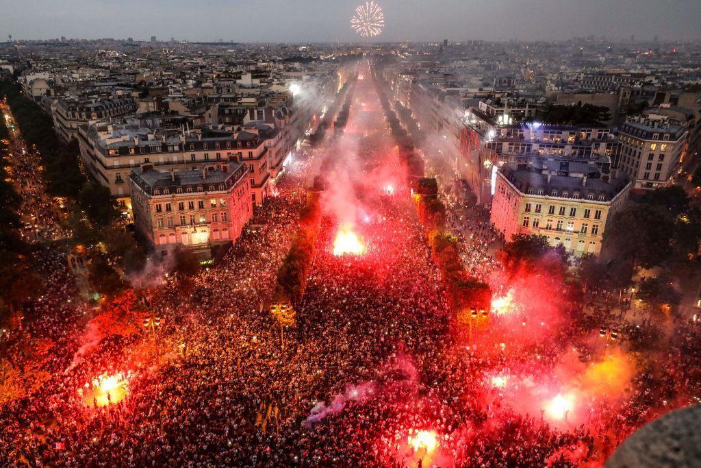 Casi 300 arrestados y dos muertos durante las celebraciones en Francia por la victoria en #Rusia2018 https://t.co/wZOiPn1D24