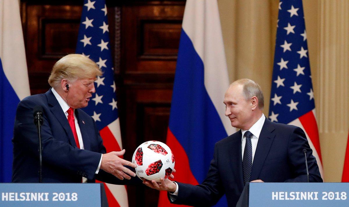 Vladímir Putin regala a Donald Trump un balón del Mundial 2018 en la conferencia de prensa conjunta https://t.co/wfyrwswc1l