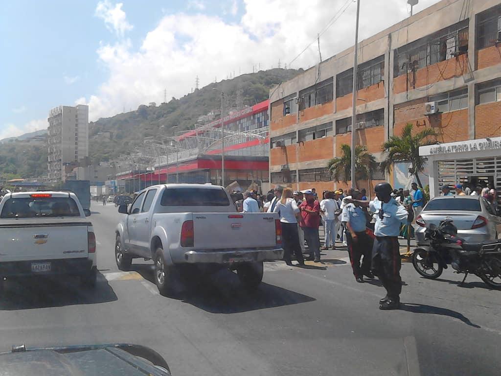 Médicos y enfermeras en Vargas protestan por mejores condiciones de trabajo https://t.co/pxT9SJ725T  https://t.co/c8xPZ3zHt0