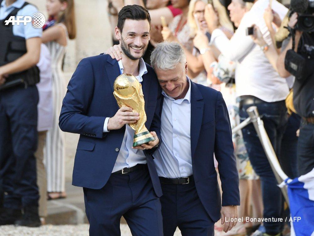 #CM2018 Didier Deschamps et le capitaine des Bleus Hugo Lloris, trophée en main #AFP
