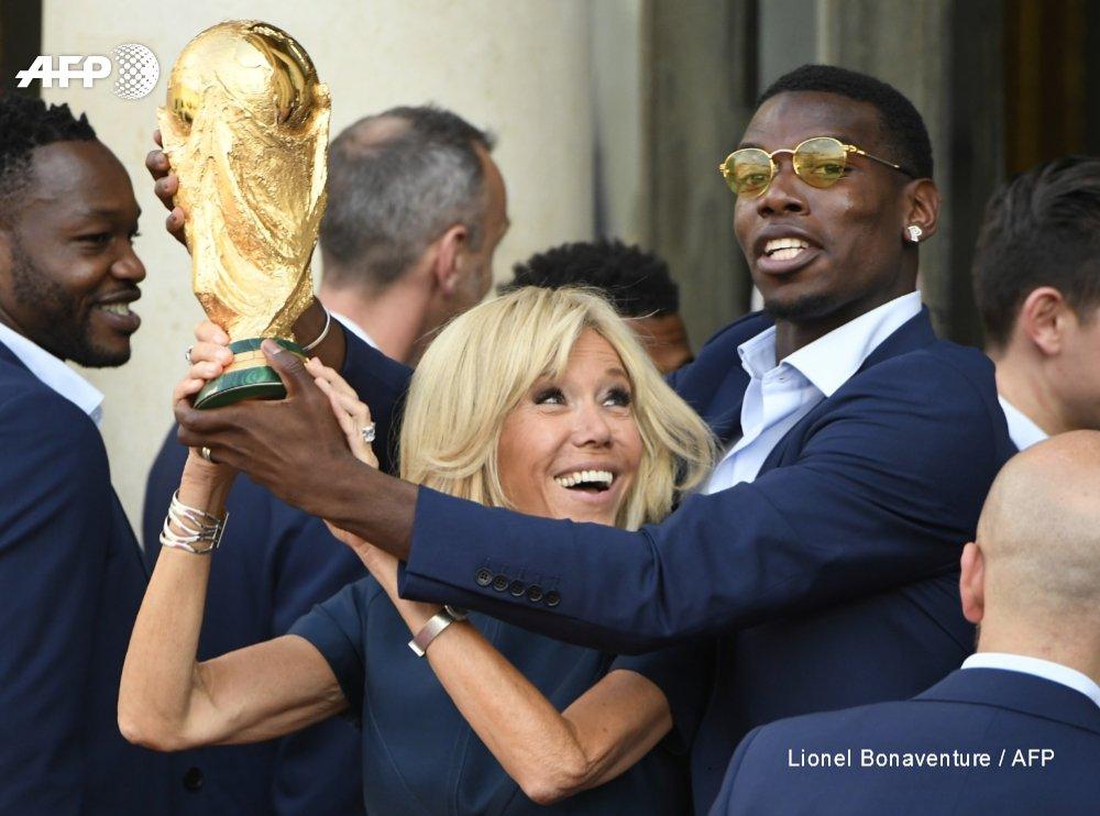 #CM2018 La Coupe du monde entre les mains de Brigitte Macron et de @paulpogba #AFP
