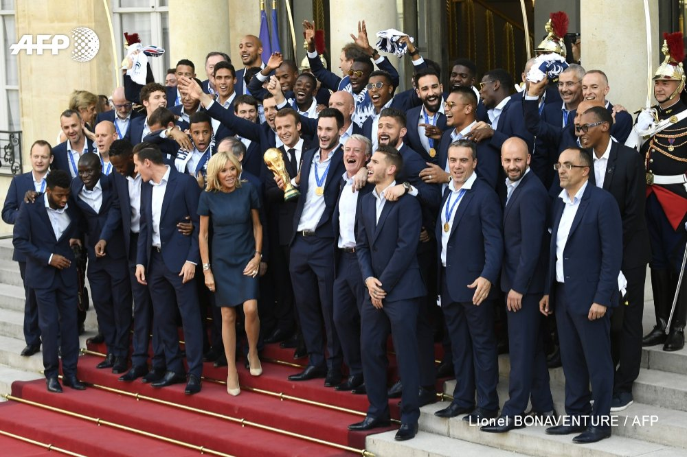 #CM2018 L'équipe de France sur le perron de l'Elysée #AFP