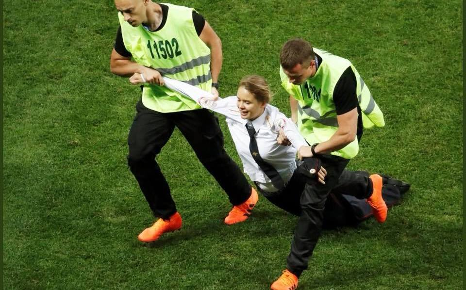 Éste será el castigo de una de las #PussyRiot que proestó en la final de #Rusia2018 https://t.co/0WhZnO84QD https://t.co/xyNTyo69KL