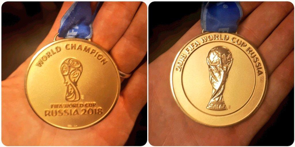 Au fait on est #ChampionsDuMonde 🏅 Bonne nuit! 😴 Perso elle va l'être... 30min de sommeil depuis le matin de la Finale... Et Merci @Rami13officiel pour le Mag et ta belle médaille 👏