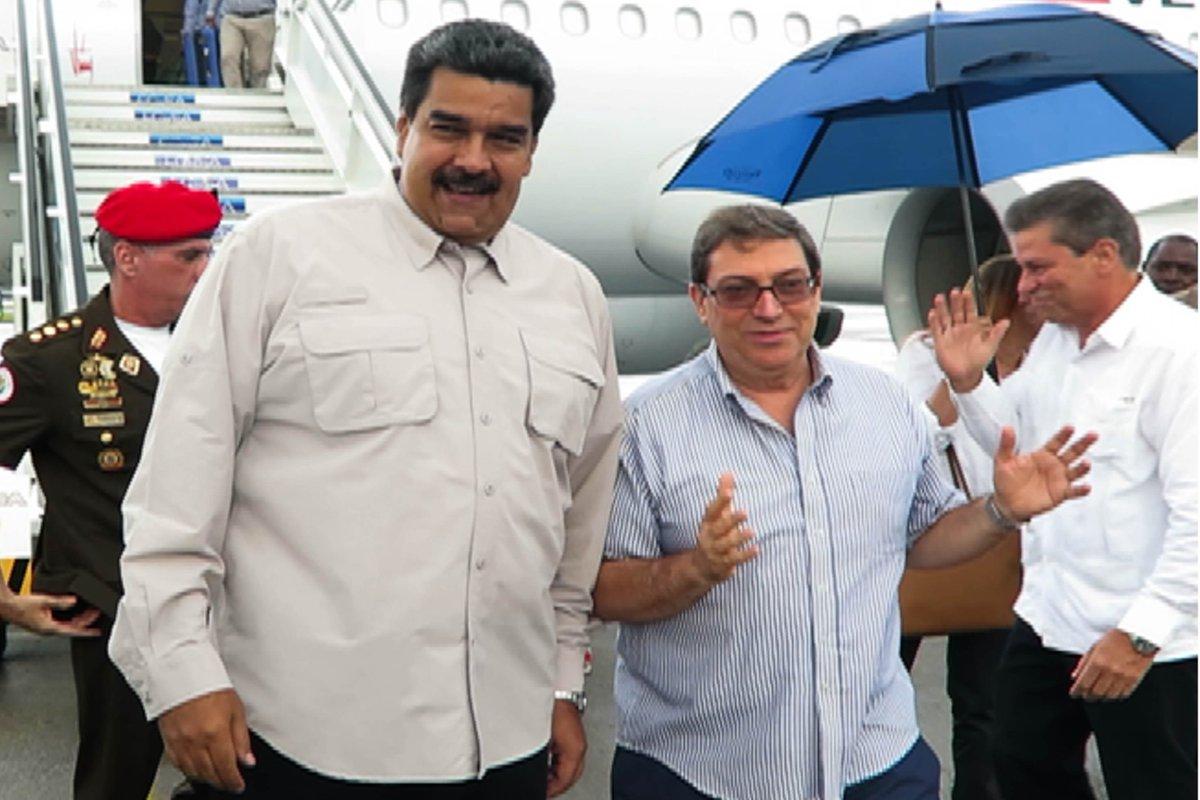 #FOTO | 📸 El canciller cubano Bruno Rodríguez Parrilla da la bienvenida al presidente Nicolás Maduro en el aeropuerto José Martí de La Habana  #ForoDeSaoPaulo  #NuestraAmerica #SeguridadParaLaPaz