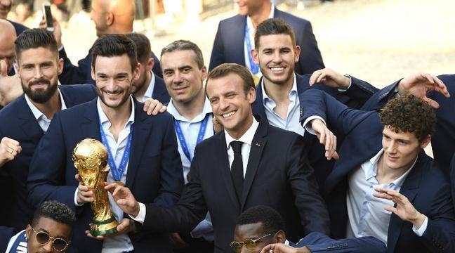 Coupe du monde 2018: «Merci d'avoir été unis»... Le discours de félicitations de Macron aux Bleus sur les marches de l'Elysée https://t.co/GkXhTpOMED