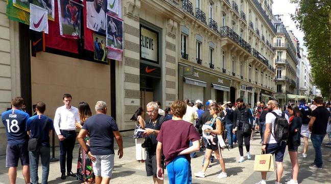 Coupe du monde 2018: «J'ai vu des palettes de livraison à 5 h ce matin»... Quand les supporters des Bleus enragent devant la boutique Nike des Champs-Elysées https://t.co/kVBhrm6fTD