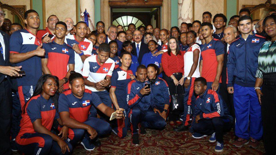 . @DaniloMedina entrega Bandera Nacional a atletas que participarán en Juegos Centroamericanos y del Caribe de Barranquilla, Colombia  https://t.co/S4iPsY1Ept