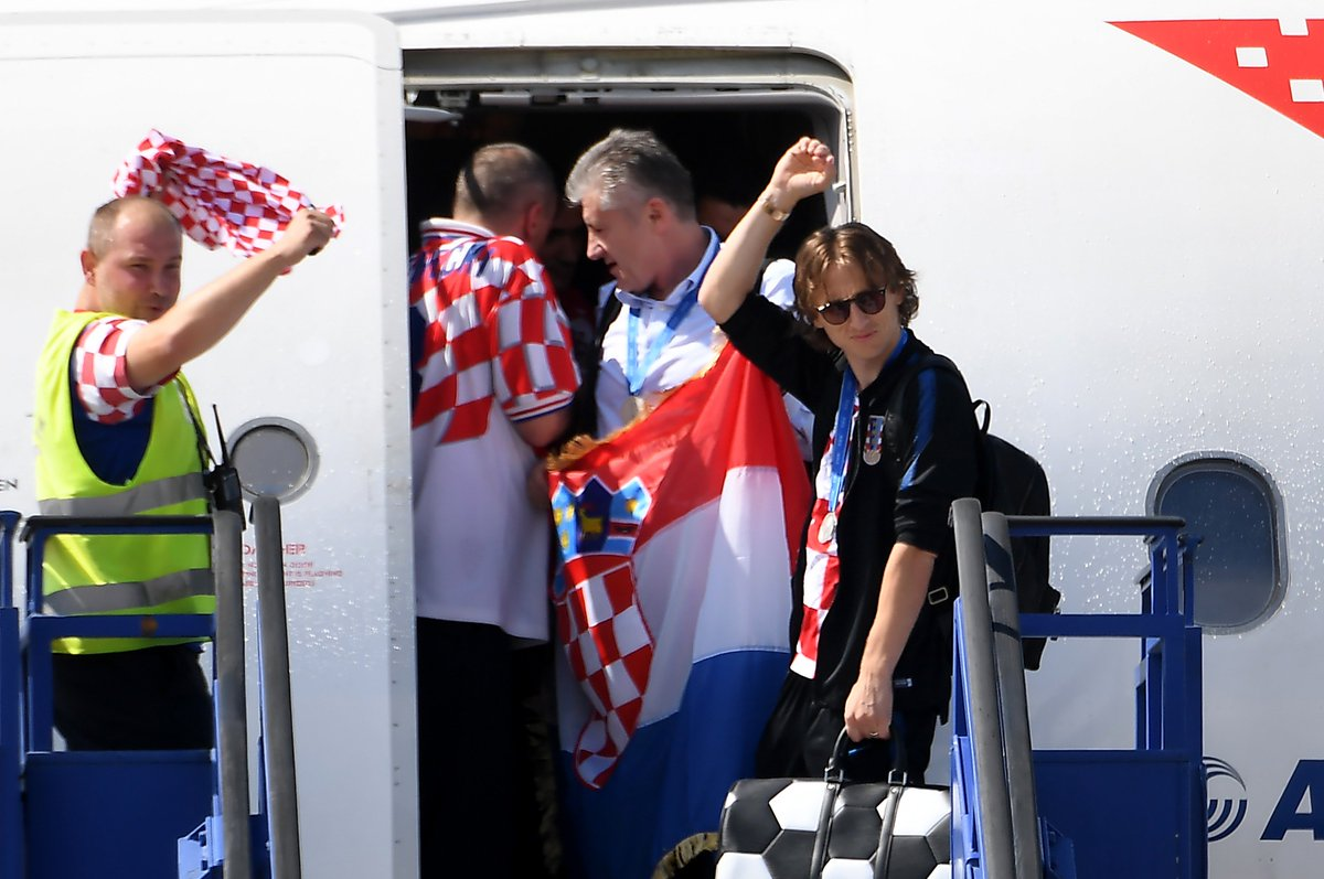 WELCOME HOME!  #WorldCup runners-up 🇭🇷Croatia were given a heroes' welcome when they returned to the country's capital Zagreb on Monday.  MORE👉https://t.co/1YwtTO12oY