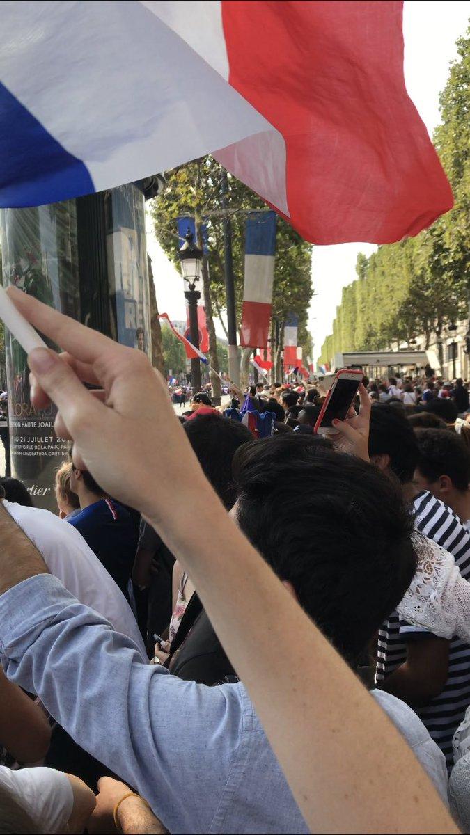 On a bravé la foule , la chaleur et le temps interminable passé debout pour 30 secondes de passage de bus ... mais bonne ambiance  #AllezLesBleus #AllezLaFrance #ChampsÉlysées  - FestivalFocus