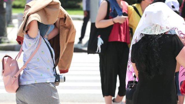 오늘도 덥고 습하다…전국 대부분 35도 안팎 '폭염 경보'. 체감온도는 40도 수준. 열사병과 같은 온열 질환에 걸리지 않도록 주의. https://t.co/jUPD6mmdNl