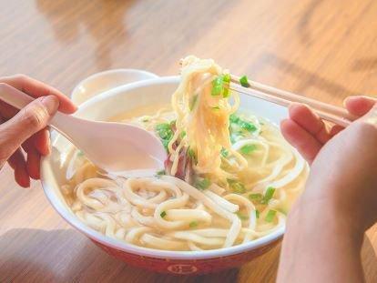 【夏休みハワイの予習④】ハワイで食べ比べたい サイミンBEST5   CREA https://t.co/edCHCArcaH #crea_web