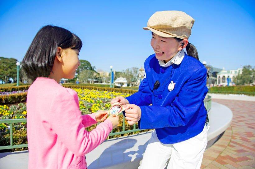【35周年記念デザイン!】 #東京ディズニーリゾート35周年 記念デザインのバースデーシールが登場中♪ 1年に1度しかないバースデー。お子さまの成長の証に、お子さまからキャストに声をかけてみては!? https://t.co/23hl5qv3FL