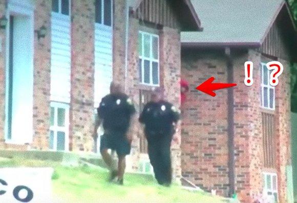 カラパイア : 「犯人は赤いパーカーを着た男で警察は現在その行方を捜索中」...っておい!後ろ!!っていう(アメリカ) https://t.co/Irls3UDh2Z