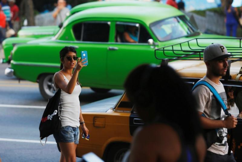 Communist-run Cuba starts rolling out internet on mobile phones https://t.co/jjXCjY4e3G https://t.co/9MG5uKn040