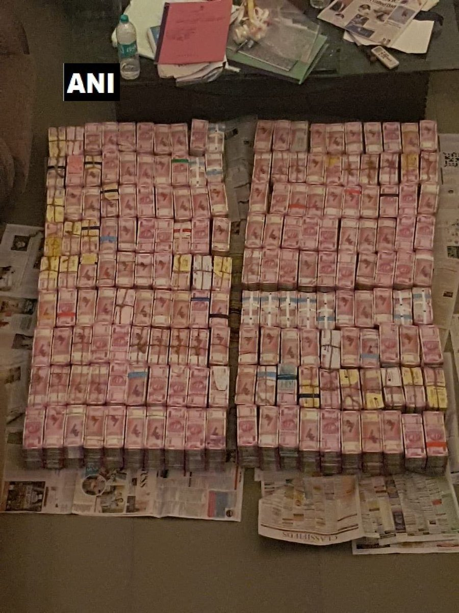 Gold biscuits weighing around 100 kg and Rs 163 crore in cash that is suspected to be unaccounted, seized by the Income Tax department from 20 locations of SPK company in Madurai, Aruppukkottai, Vellore and Chennai. Raids started y'day, still underway at few locations. #TamilNadu