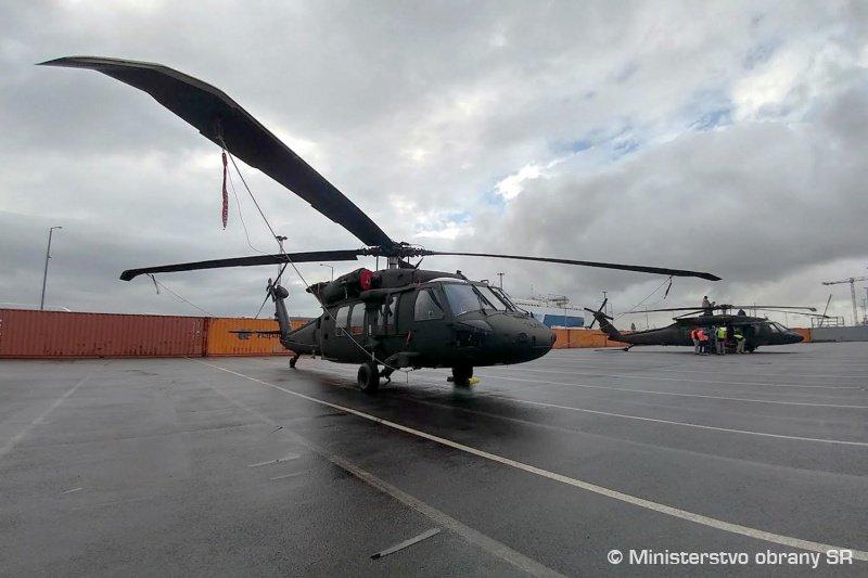سلوفاكيا تتسلم اول مروحيتين UH-60 Black Hawk من الولايات المتحده  DiTPmk_X4AIpjvJ