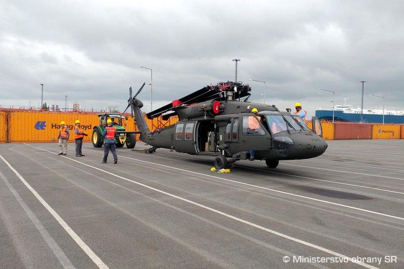 سلوفاكيا تتسلم اول مروحيتين UH-60 Black Hawk من الولايات المتحده  DiTPmlEWkAEY9t2