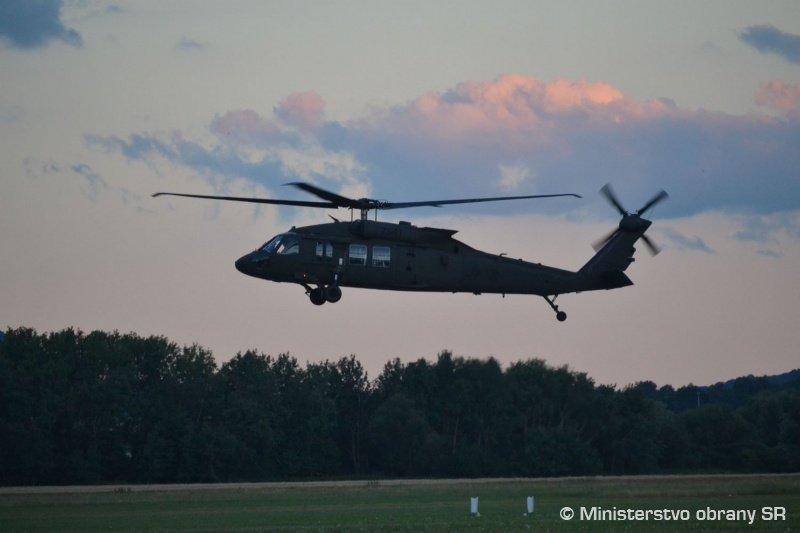سلوفاكيا تتسلم اول مروحيتين UH-60 Black Hawk من الولايات المتحده  DiTPnqHX0AANSYr