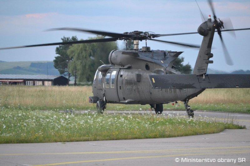 سلوفاكيا تتسلم اول مروحيتين UH-60 Black Hawk من الولايات المتحده  DiTPnqTX4AIShp6