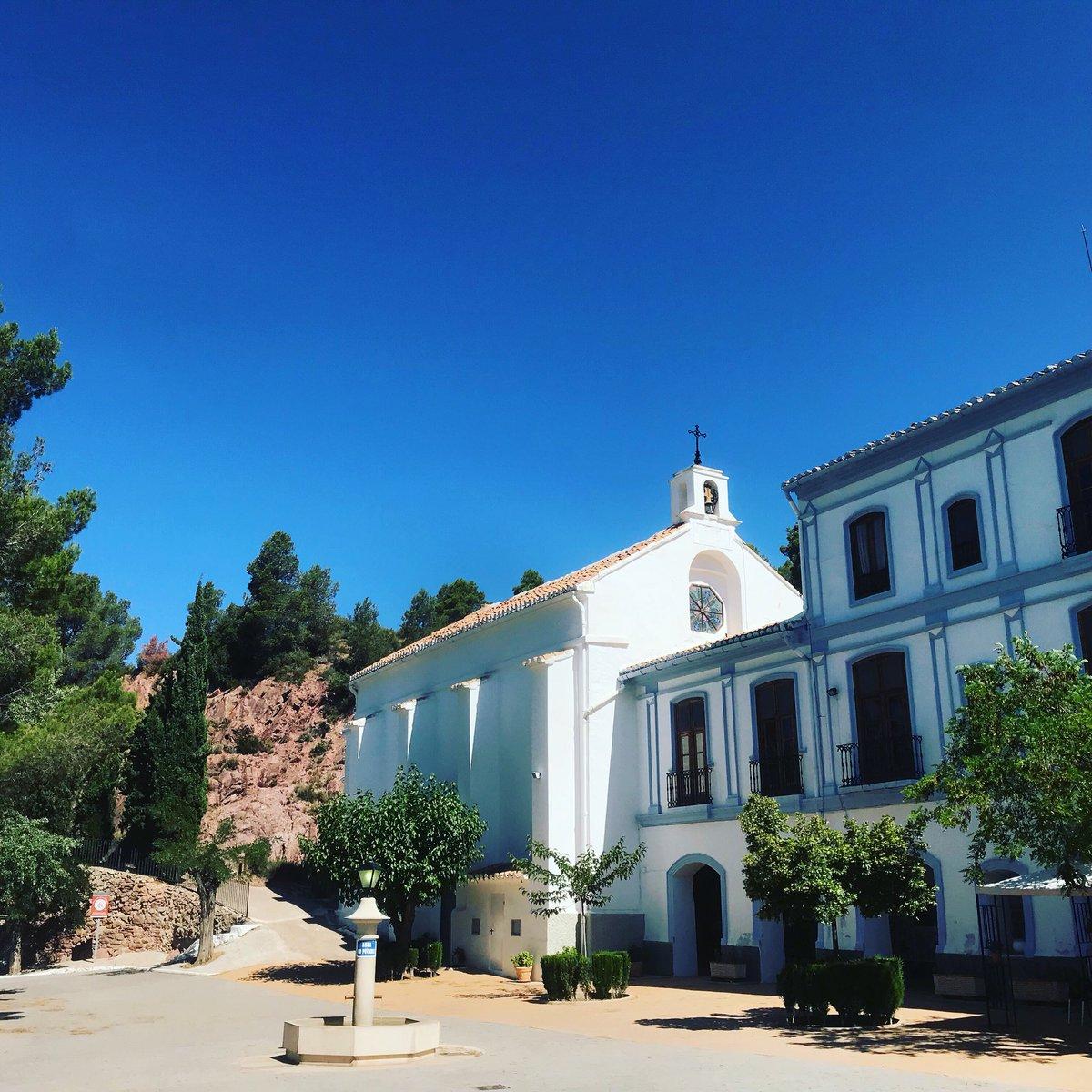 La #ermitadelremedio de #chelva en plena montaña y con vistas a todo el municipio. Un espectáculo visual!!! 🌳⛪️⛰ @valenciaturisme @c_valenciana @valenciabonita_ @VISITaltoturia @Turismoytiempo