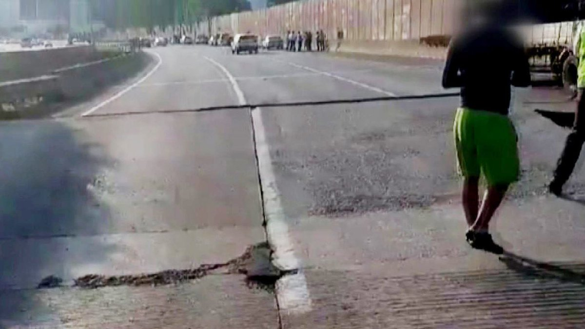 [JTBC 뉴스룸] 온열질환자 급증…'교문 닫고 작업 접고' 일상 바꾼 폭염. 서해안고속도로에서는 도로가 솟아오르거나 균열 현상 잇따라. https://t.co/tArN8P8Q4U