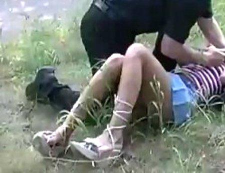 tolpoy-v-lesu-porno-dva-grabitelya-trahnuli