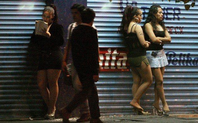 El 35% de las mujeres que se prostituyen en  Bogotá son  venezolanas. Según la Secretaria de la Mujer en Colombia 50% también tiene edades entre 18 y 25 años. 75% de ellas consume alcohol o drogas para resistir este trabajo. 📸 https://t.co/ReJrAqabF5 #NoticiasEVTV #17Jul