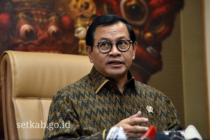 Sekretaris Kabinet @pramonoanung menerima wartawan di ruang kerjanya Gedung III Lantai 2 Kementerian Sekretariat Negara (Kemensetneg), Jakarta, Selasa (17/7) siang. Photo