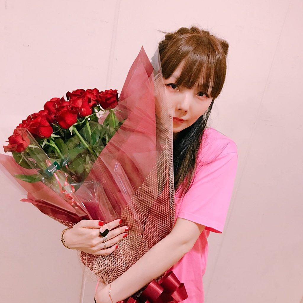 aikoバラの花束持つ画像
