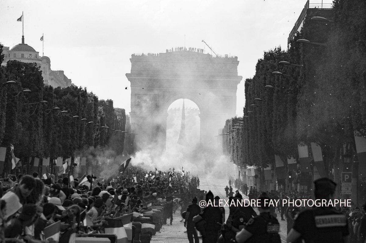 Ambiance de folie hier sur les Champs Élysées pour les bleus, en plein reportage sous une chaleur intenable!!!!!  #AllezLesBleus #AllezLaFrance #FiersdetreBleus  - FestivalFocus
