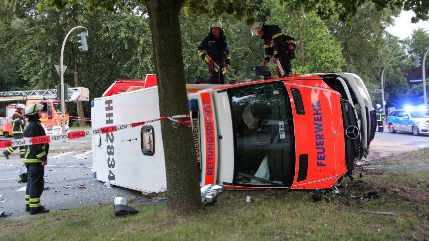 Hamburg: Rettungswagen mit Hochschwangerer kippt um - fünf Verletzte https://t.co/BqroI2PLQt
