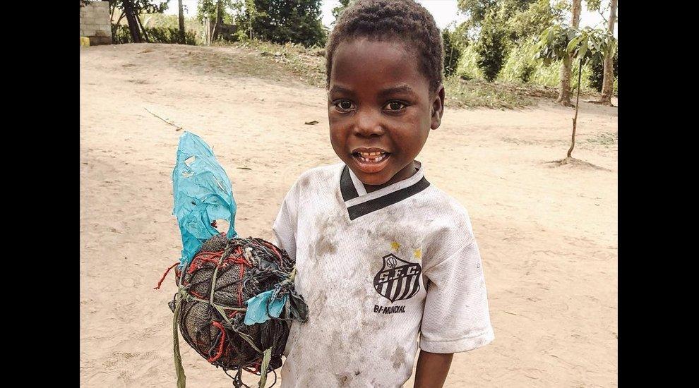 6ed83a6f2 una foto viral de un nino africano con la camiseta del y una pelota de trapo