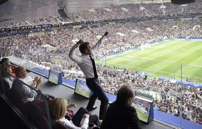 Macron Photoshop Battle is on! 9gag.com/gag/aExy4mp?re…