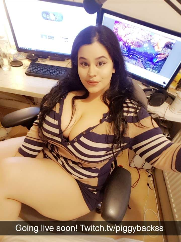 thicc gamer girl