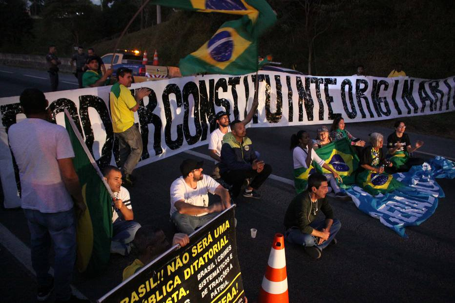 SP: Grupo bloqueia rodovia Régis Bittencourt pedindo intervenção militar https://t.co/I5Z60z0wfm