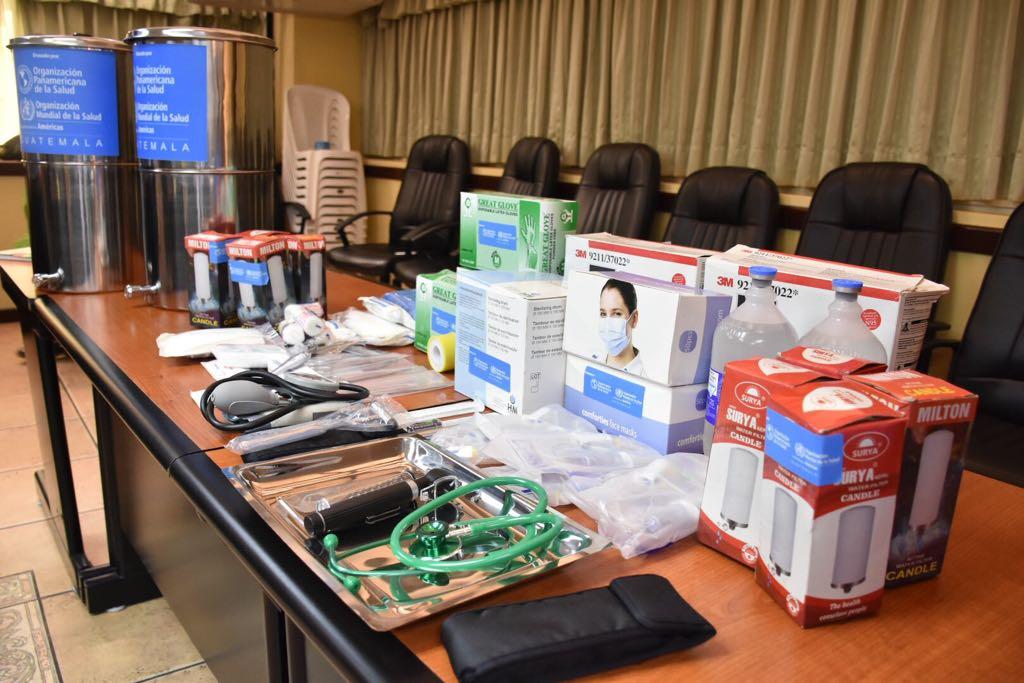 Embajada Rusa en Guatemala y la Organización Panamericana y Mundial de la Salud entregan kits de medicamentos básicos como apoyo a los damnificados por la erupción del #EUVolcánDeFuego.  Vía: Víctor Escobar.