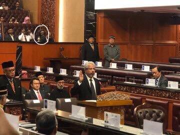 Lelaki yang kononnya hantu seperti yang tular di media sosial semalam, adalah manusia. Beliau merupakan tetamu kepada Pengerusi Hindraf, P. Waytha Moorthy yang mengangkat sumpah sebagai Senator di Dewan Negara pada Selasa. Photo