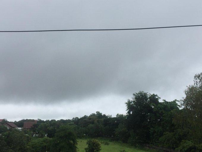 น. สภาพอากาศ อ.เมืองขอนแก่น หลังฝนตกแต่เช้าตลอดทั้งวัน เพิ่งหยุดตกเมื่อสักครู่นี้ แต่ยังคงความอึมครึมไว้ #ขอนแก่น ภาพถ่าย