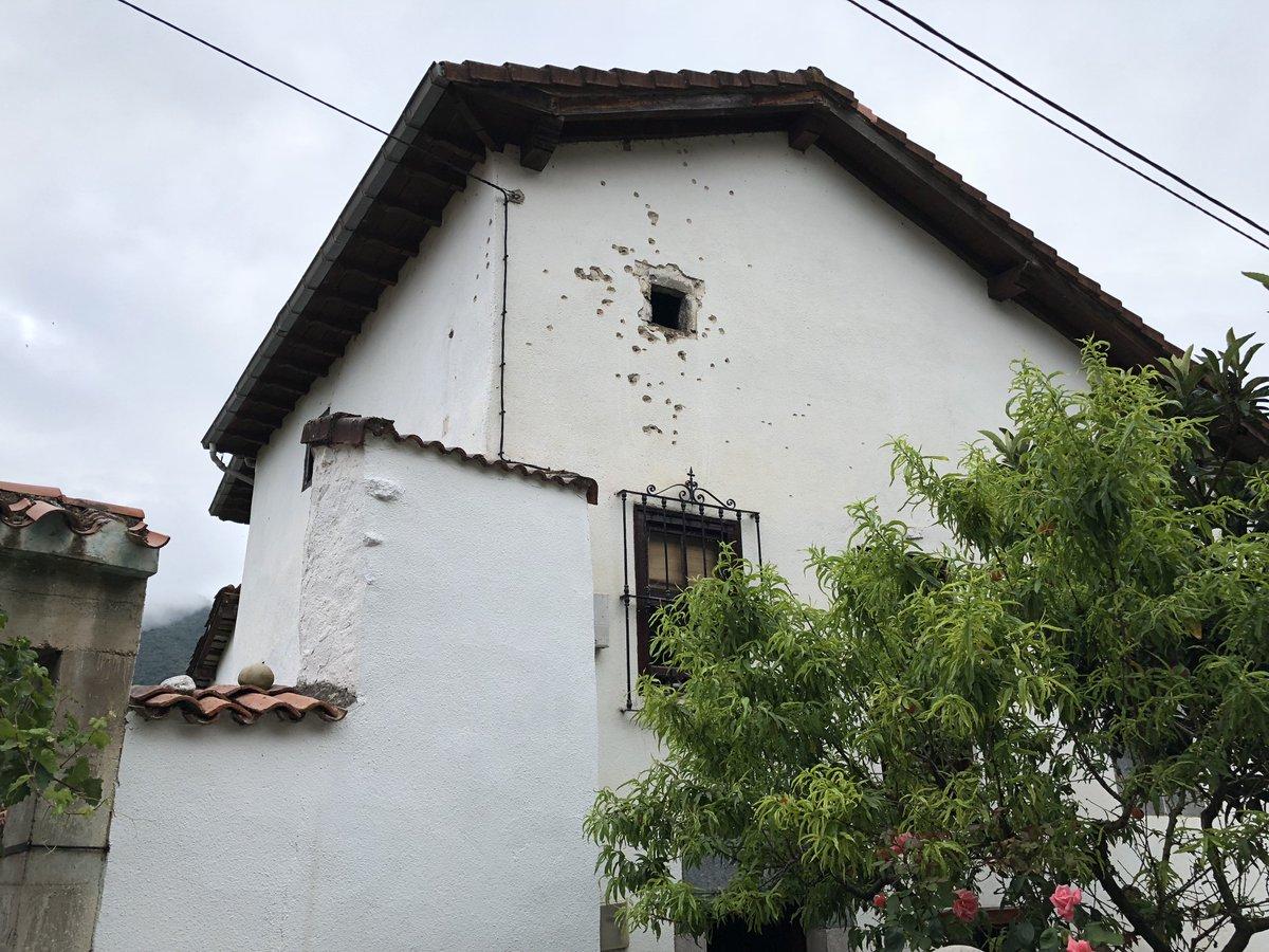 Así ha quedado la casa de Luciano S, el hombre de 58 años que ha escapado de la Guardia Civil en Turieno, tras un intercambio de disparos con los agentes. Foto d @david_busta17e