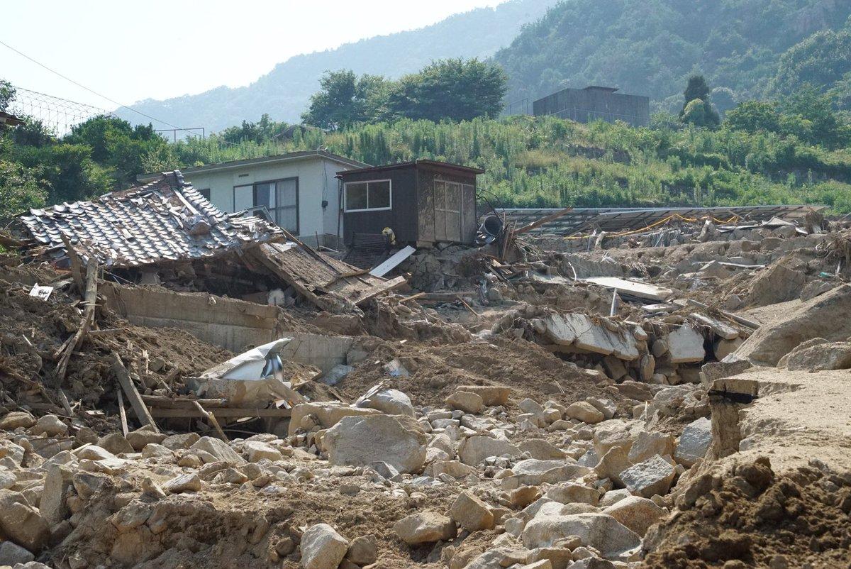 「伝えて下さい!」そんな連絡を受けきょう広島県三原市木原6丁目を訪ねた。土石流に飲み込まれ被害は甚大。当時火災も発生した。1人が命を失った。雨はそれ程強くなかった。突如泥水と岩が集落を襲った。ボランティアの助けを借り復旧を急ぐが「自衛隊が来てくれたら・・・」と溜息を漏らす住民も。