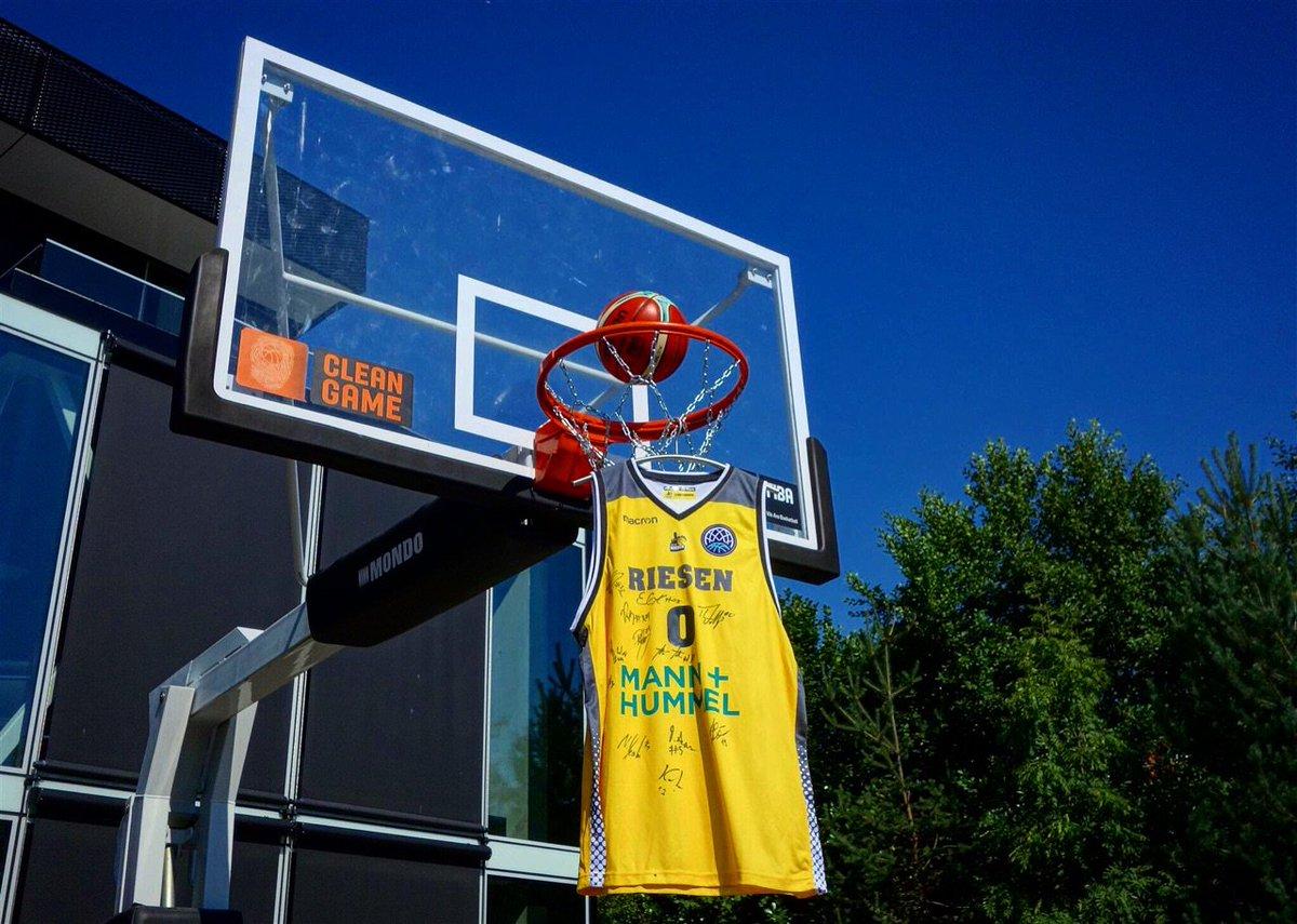 👕🏀 Follow us & retweet 🔄to have a chance to win @MHP_RIESEN's signed jersey! 🔥 #BasketballCL #IhrundWir https://t.co/iiBUFvq5Kz