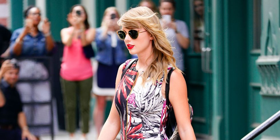 #TaylorSwift steps out in NYC looking stunning with 'J' necklace back on!💑 https://t.co/MyMtqkbUZk