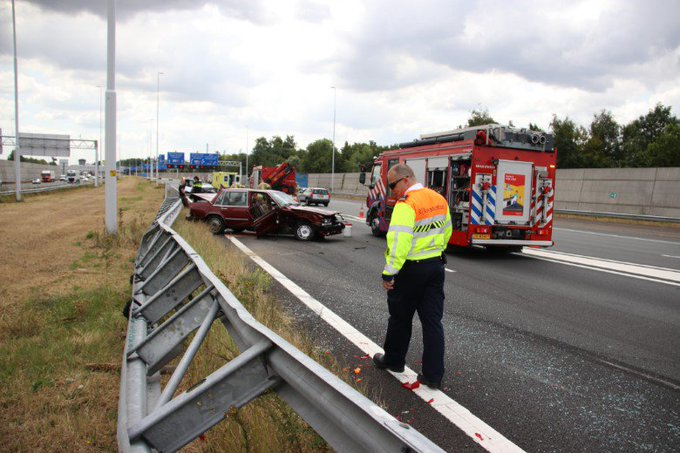 A4 dicht na forse aanrijding https://t.co/9Yq5m5y5Lo https://t.co/AZjRiJTXbA