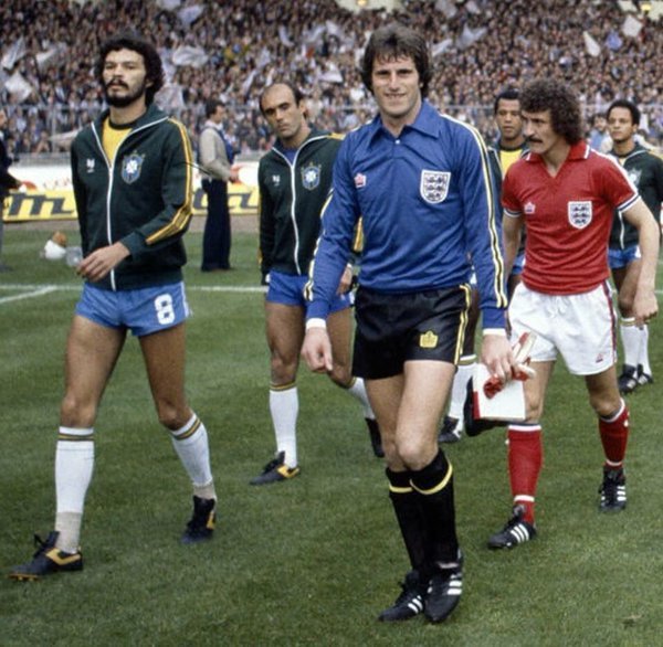 1981 Socrates and @RayClem1 lead out Brazil and England before the friendly at Wembley, which Brazil won 1-0 @EnglandMemories