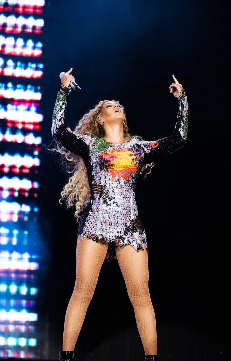 Beyoncé performing in Nice. #OTRII   http:// bit.ly/OTRIItickets  &nbsp;  <br>http://pic.twitter.com/OICLEBpP1Z