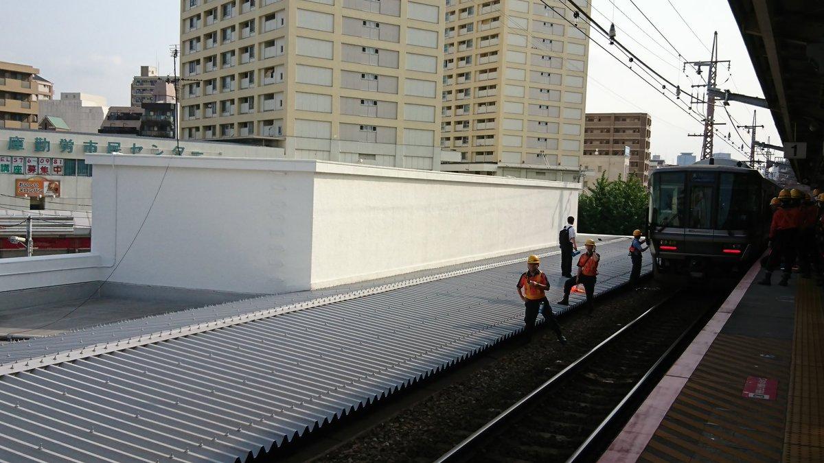 神戸線の兵庫駅で飛び込み自殺があり救助活動している現場の画像