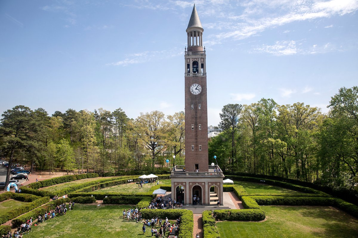 No matter the time of year, the bell tower is always a beauty 😍 #UNC https://t.co/XXbQOhQAX2
