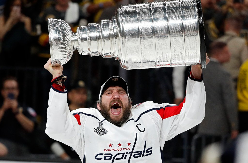 Alex Ovechkin takes the ESPY for Best Male Athlete He's the first hockey player to win the award